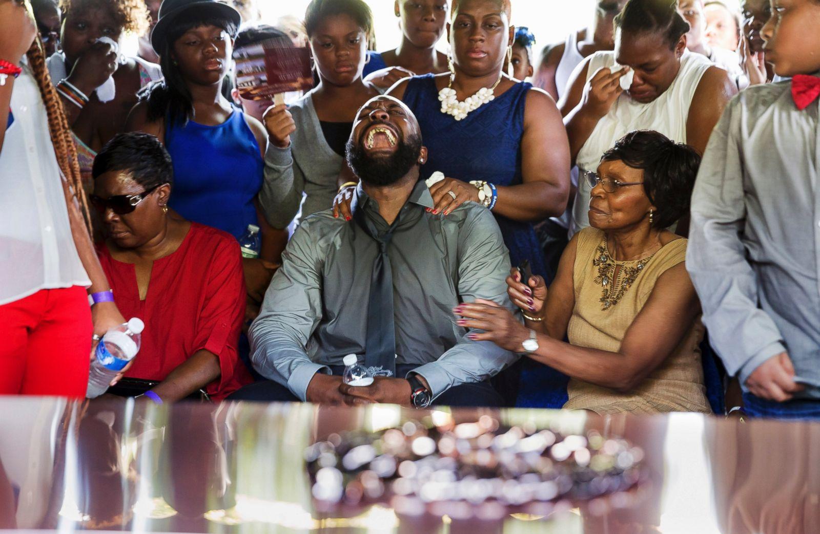 Michael Brown Sr. grita mientras el ataúd de su hijo es bajado al suelo en el cementerio de St. Peter en St. Louis, Missouri, el 25 de agosto de 2014. Fotografía: Richard Perry/Reuters