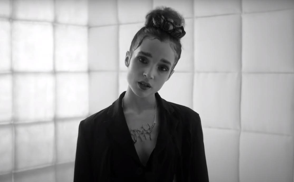 "Poppy revive un clásico del europop con un cover de ""All The Things She Said"" de  t.A.T.u"