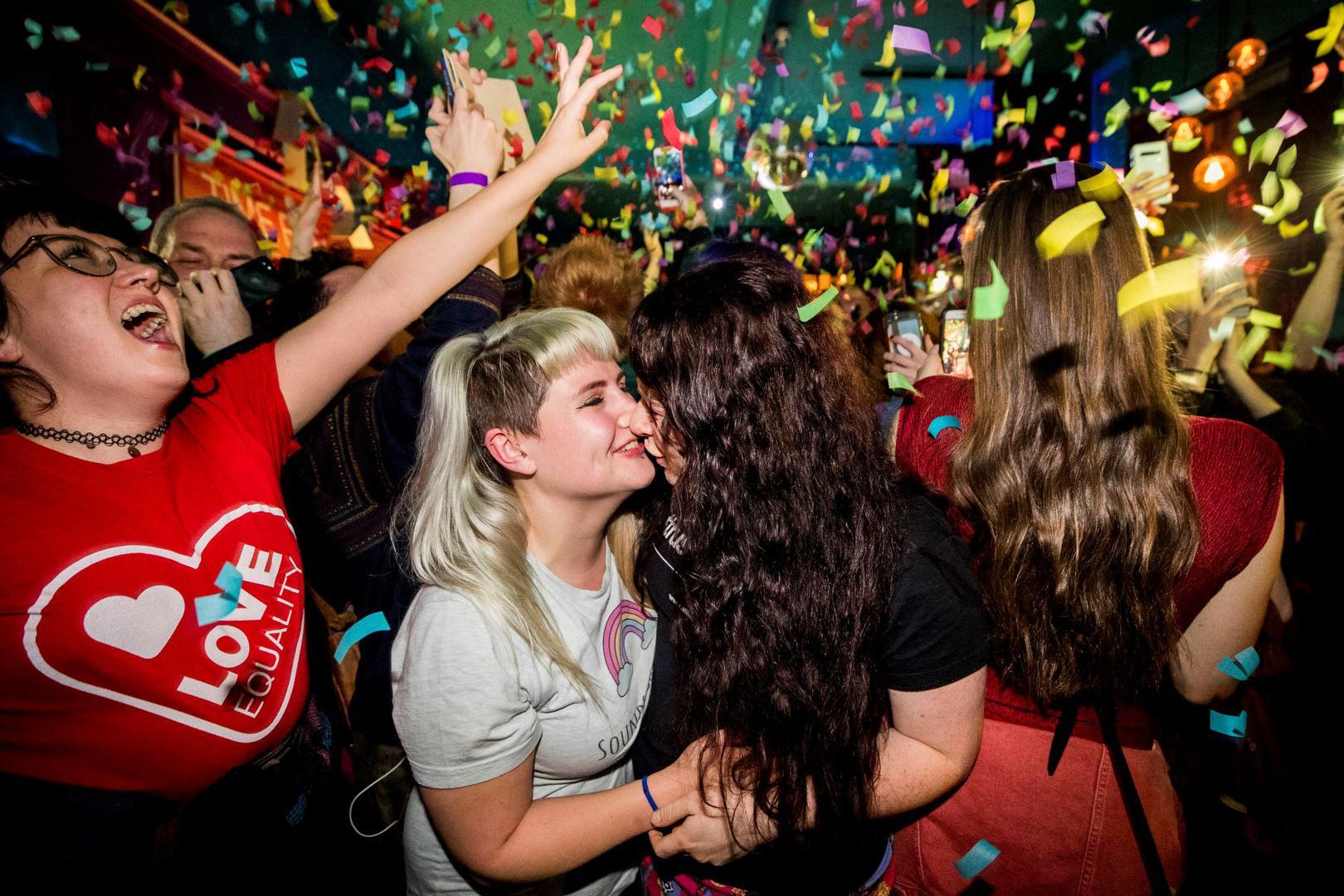 Irlanda del Norte: Nueva ley permite que las uniones civiles homosexuales se conviertan en matrimonios