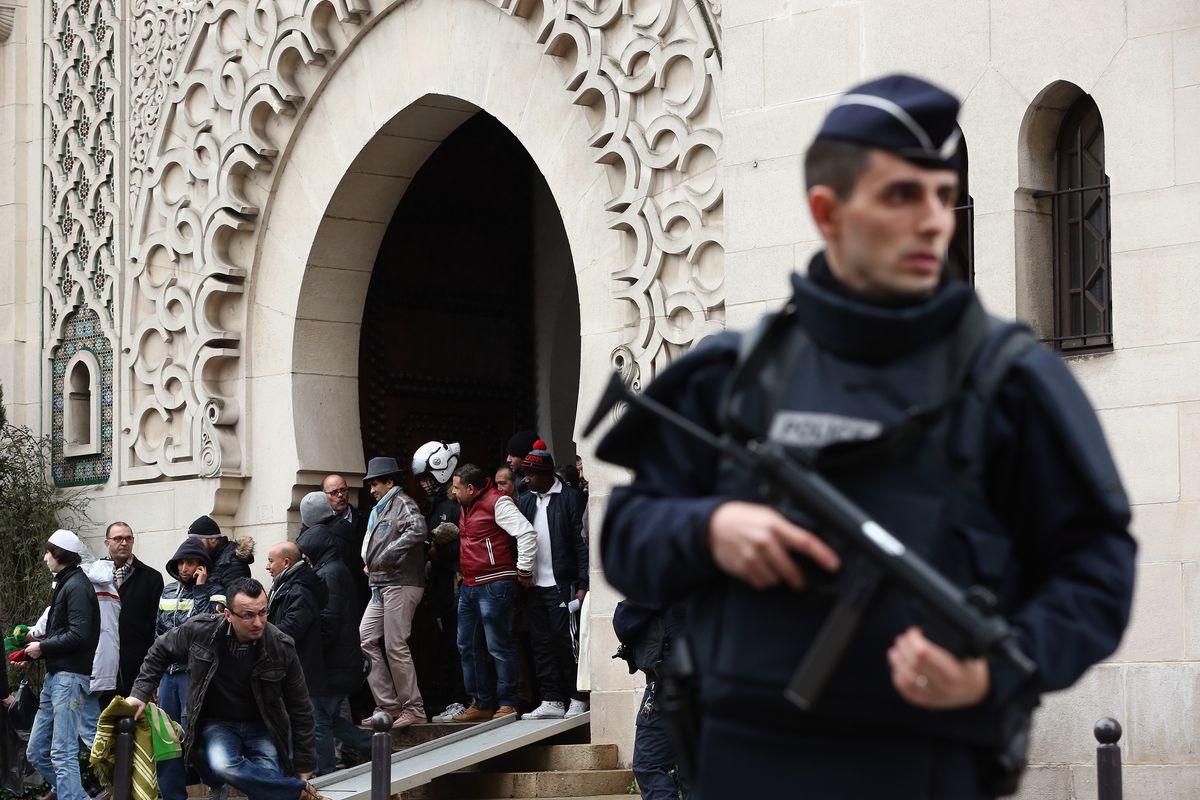"""Francia investigará 76 mezquitas por potencial """"radicalización islámica"""""""