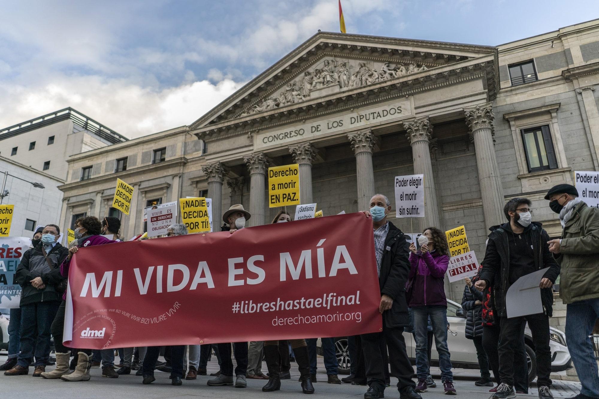 Aprueban en España la ley que regulariza y despenaliza la eutanasia