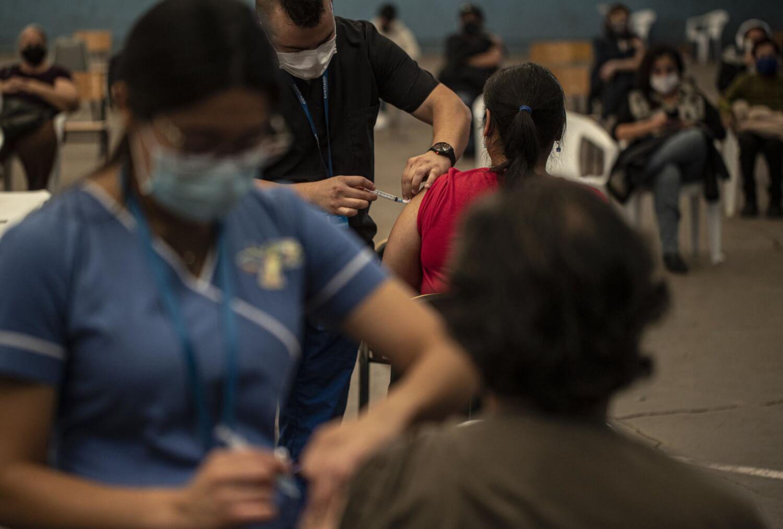 Coronavirus: La UC y el laboratorio Sinovac Biotech producirán vacunas en Chile; India supera los 20 millones de contagiados