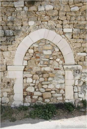 Cesa di Francia, torrione rudere della chiesa di San Cassiano, portale