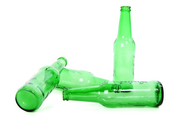 鼻づまり解消にペットボトルを脇に挟む