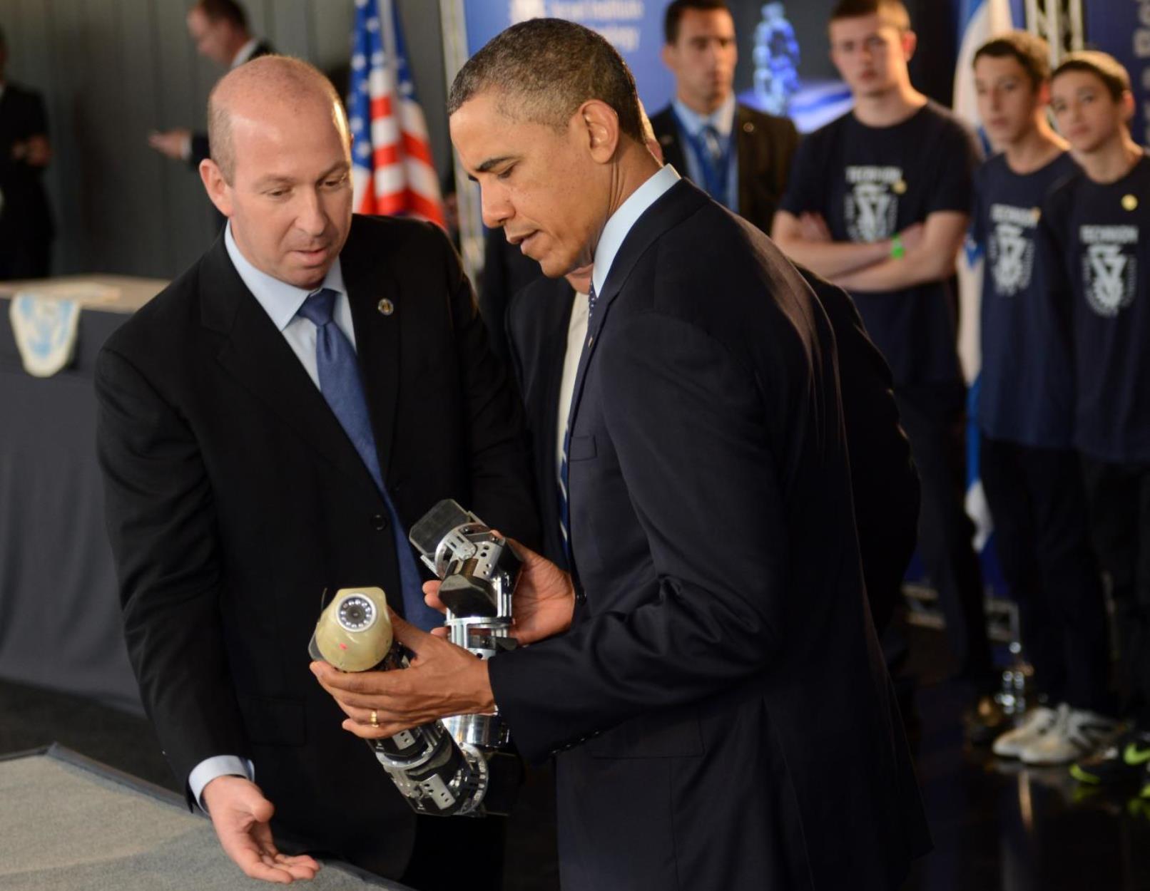 Prof. Alon lobo que muestra el robot serpiente para el presidente Obama en el Technion en 2013. Foto por Kobi Gedeón / GPO