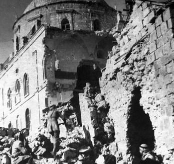 Pour comprendre, voici comment était la synagogue Hurva (photo de 1942, lors du passage de soldats juifs de la légion britannique) avant ce sacrilège http://www.modia.org/www.modia.org/jerusalem/infos/israel/terreettemple.html