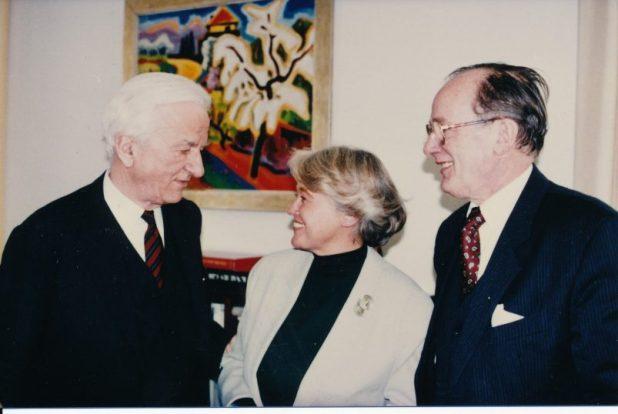 Bengt von zur Mühlen (right) with his wife Irmgard von zur Mühlen and Federal President Richard von Weizsäcker Photo:JohannSiegert
