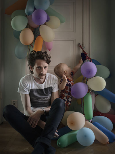 """""""Щведские отцы"""". Fredric Janson, 34, Engineer When their son Ossian was born, Fredric and his partner took four months' joint parental leave, then they alternated 50/50. """"Because we took turns being on leave and working, right from when we first became parents, parental leave has never felt boring or monotonous. We thought it was important for both of us to be able to be with our child during all stages of development, and so we chose to be home together during the first four months, and then alternate."""""""