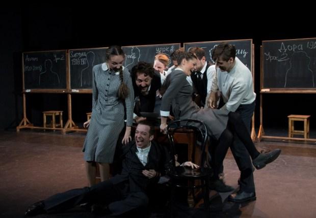 """Сцена из спектакля """"Наш класс"""".  Фото  © Валерий Мясников"""