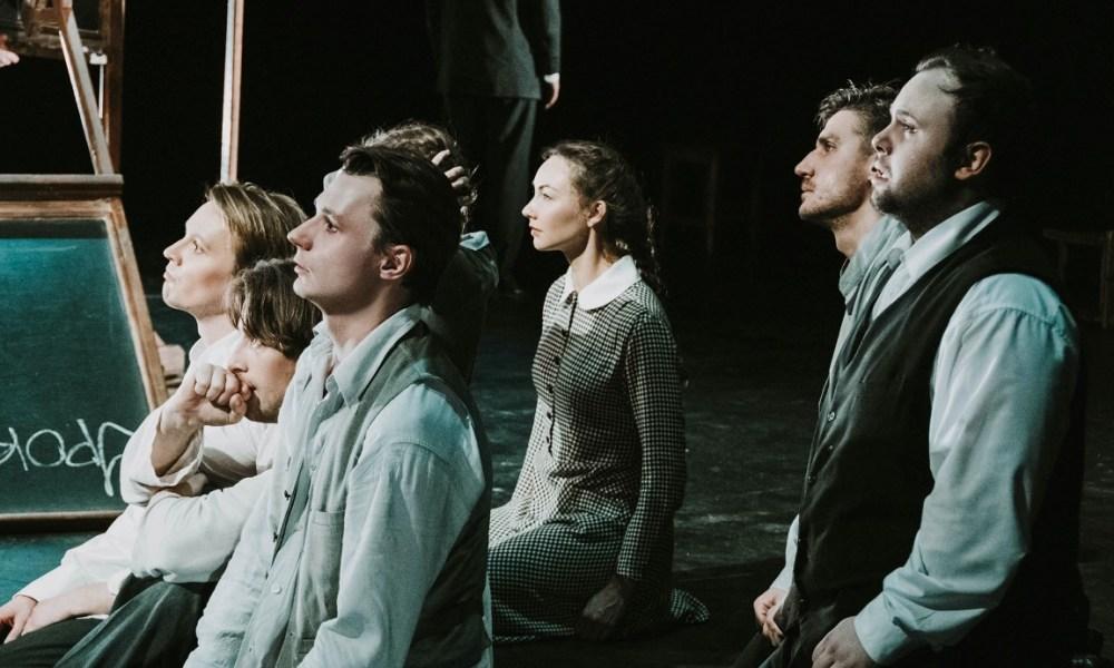 """Сцена из спектакля """"Наш класс"""". Фото - Юлия Губина"""