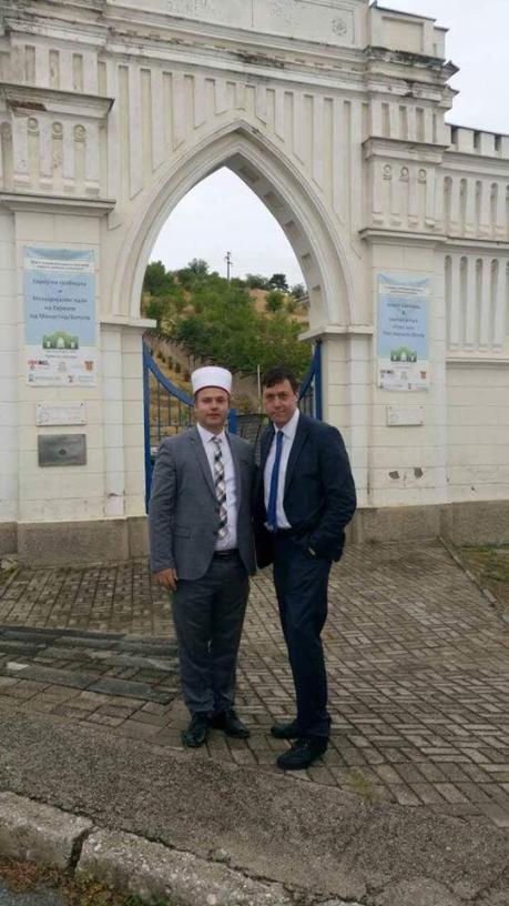 Фото 2 – лидеры местной мусульманской общины помогают в восстановлении еврейского кладбища Битолы. На фото – посол Дан Ориан с муфтием Битолы