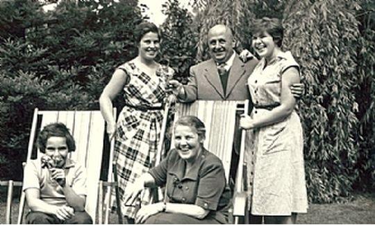 Феликс Тикотин с женой и дочерьми. Голландия, 1956-й год. Источник фото - https://www.tmja.org.il/פליקס_טיקוטין