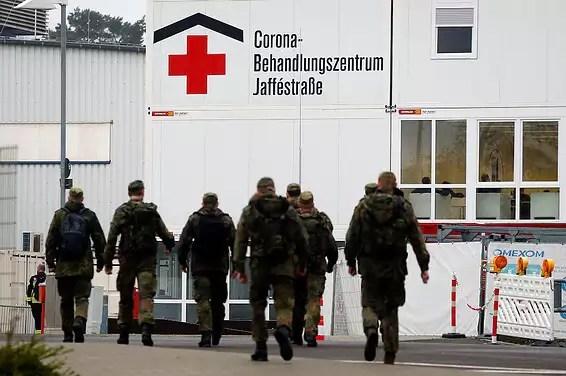 Des soldats allemands devant le département Corona à Berlin // Photo: AP