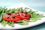 סלט עגבניות טריות צלפים וארוגולה