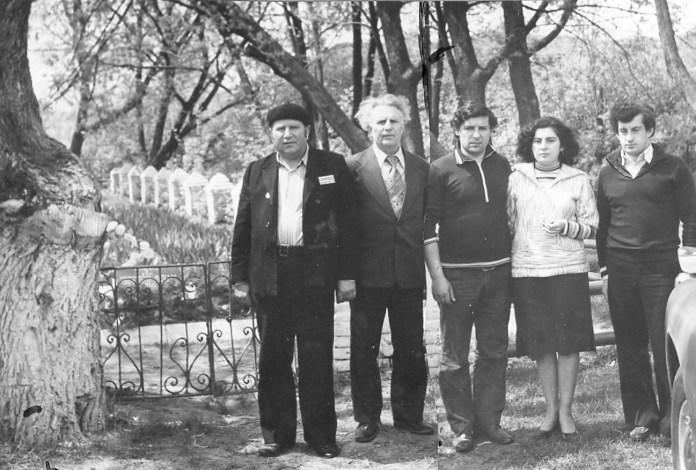 Перед отъездом в Израиль автор вместе со своими детьми проведал последнее пристанище прилукских евреев. Справа налево: сын, дочь с мужем, автор и его друг Борис