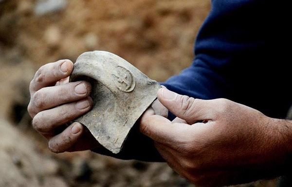 Фото: Клара Амит. Ручка от кувшина с оттиском «леНахум (сыну) Авади»