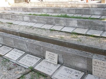 Здесь покоятся жертвы итальянско-германского налета. Фото: דוד שי | Wikipedia