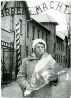 Лариса во время посещения Освенцима
