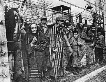 Концлагерь Освенцим (Аушвиц) был освобожден 27 января 1945 года войсками Советской Армии. Сейчас там музей