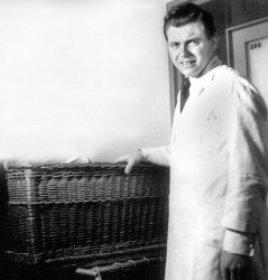 Среди экспериментов Йозефа Менгеле, еще в 1935 году защитившего докторскую диссертацию на тему: «Расовые различия структуры нижней челюсти», были попытки изменить цвет глаз ребенка впрыскиванием химикатов в глаза, ампутация органов без анестезии, препарирование живьем, сшивание вместе близнецов и прочее. Оставшиеся после этих опытов в живых умерщвлялись