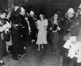 1939 г.. Мэр Камиллен Худ принимает в Монреале короля Георга VI и его супругу, королеву Елизавету. Фото: Wikipedia / Library and Archives Canada