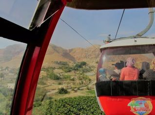 Фуникулер доставляет паломниц в Каранталь