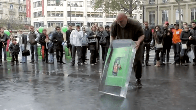 Windows Phone 7 freezes for French guerilla marketing campaign