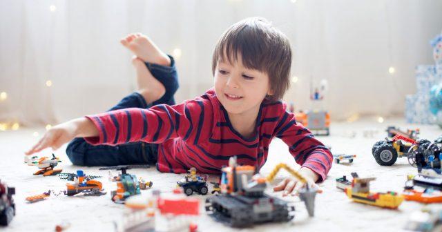 kids-play-legos