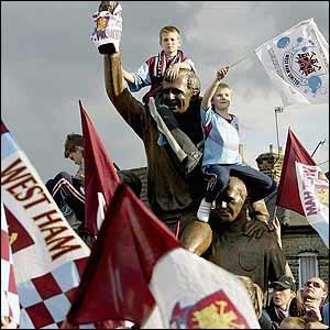 Suporteri West Ham calare pe statuia din fata stadionului