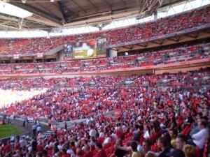 Tribune pline pe Wembley la un meci al nationalei Angliei - sectiunea fanilor lui Man United