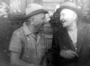 Petre Tutea (dreapta) alaturi de prietenul din copilarie Ion Chelce, profesor de etnografie la Universitatea din Iasi, in anii '80