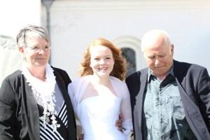 Clara med Farmor og Olefar