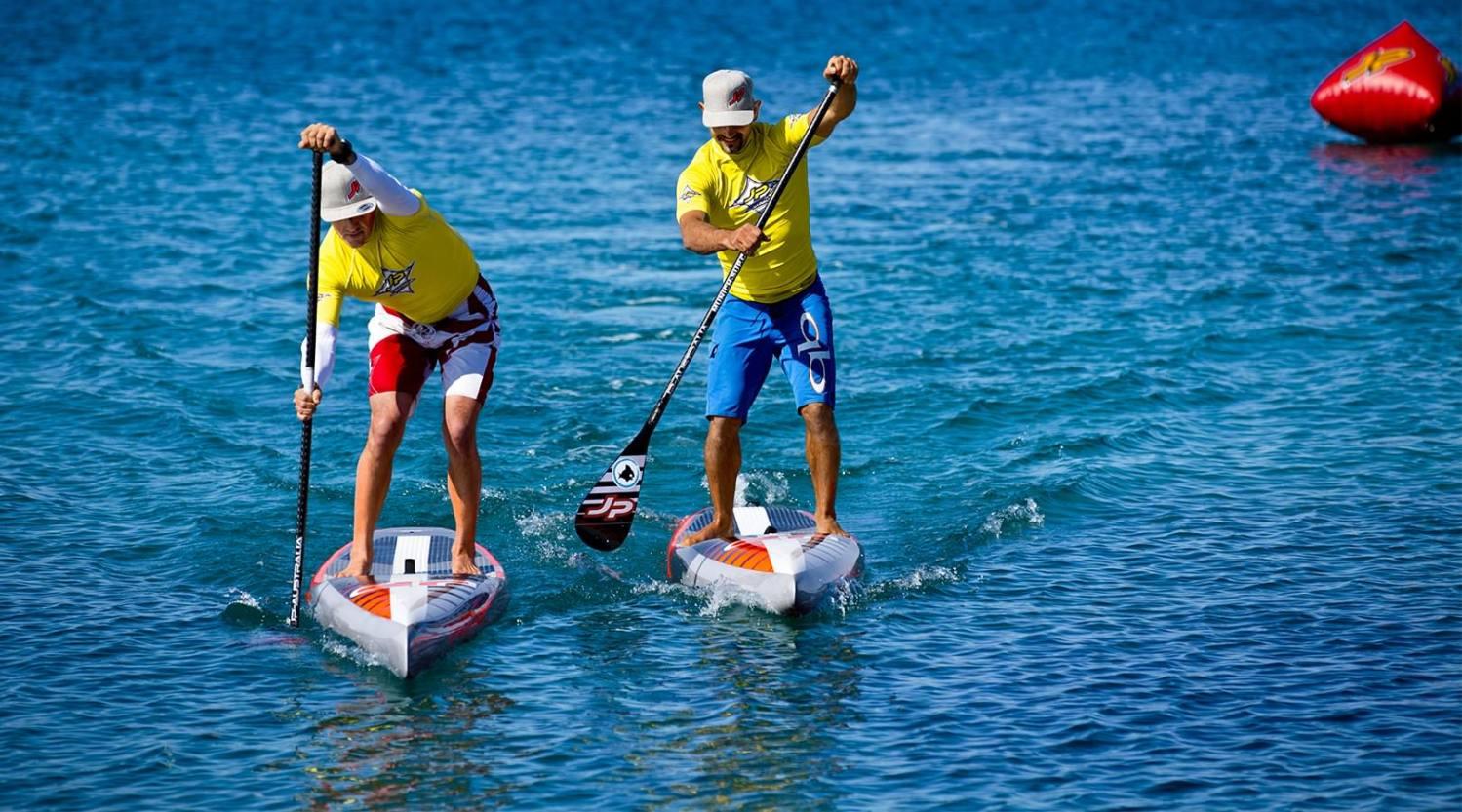 Zwei Stand-Up Paddler auf Raceboards bei einem Wettkampf