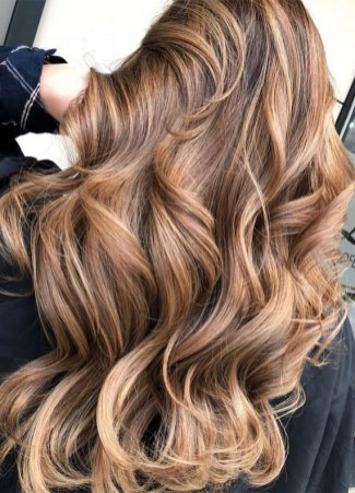 honey Balyage, brunette, blond balayage highlights, hair color ideas, hair color for over 50s ideas, best hair color 2020, best hair color to look younger, hair color 2019 female, brown hair color, hair color with highlights, brown hair with highlights , balayage hair ideas, balayage root shadow, babylights