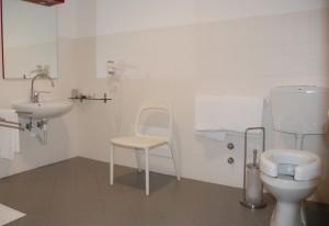 WC con alzatina Toilet seat for disabled 300x206 - Italiaccessibile - Hotel Lago Losetta- Setriere (To)
