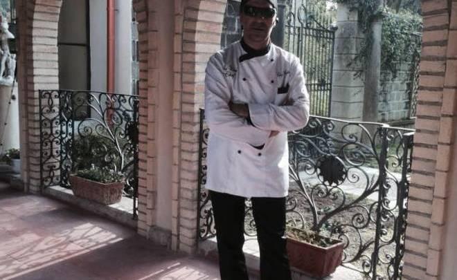Anthony il primo chef italiano non vedente e i clienti mangiano al buio