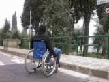 disabile marciapiede480x360 - In Toscana il nuovo servizio ComunicaENS per i non udenti