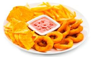 Cipolle fritte, patatine e nachos