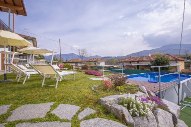De tuin met bovengronds zwembad