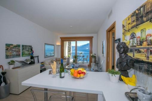 Woonkamer met schuifdeur naar het terras en uitzicht op het Comomeer