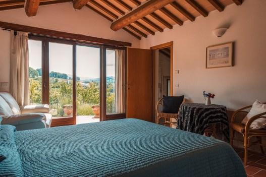 Slaapkamer met 2-persoonsbed in het huisje met toegang tot de tuin