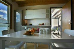 Eetkamer met volledig uitgeruste open keuken met afwasmachine