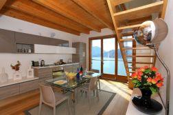 Woonkamer met uitzicht op het Comomeer