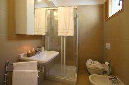 Badkamer met douche op de begane grond