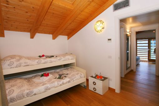 Slaapkamer 2 met twee 1-persoonsbedden met pull-out systeem