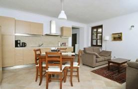Woonkamer met volledig uttgeruste keuken