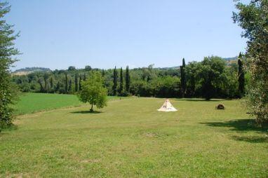 Bij het huis is een enorme tuin met een kampvuurplaats en volop ruimte om te spelen