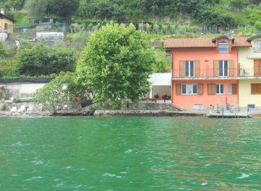 Het huis gezien vanaf het meer