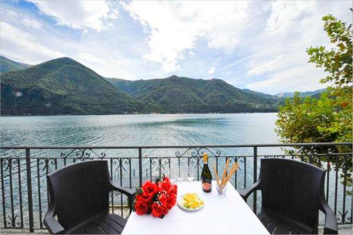 Balkon met uitzicht op het meer
