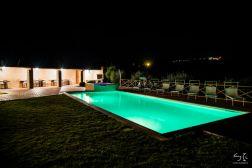 Prive-zwembad 's avonds met de grote sfeervolle veranda op de achtergrond